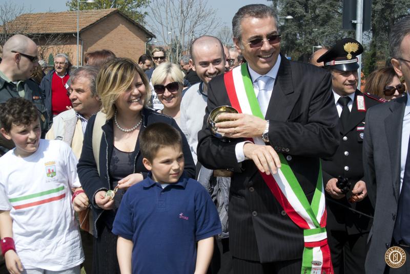Sindaco di Zola Predosa Stefano Fiorini e il Vice Sindaco Simona Mastrocinque attendono di premiare il vincitore della corsa