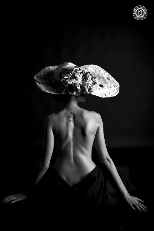 """""""Natura e Contronatura"""" - far sprigionare la sensualità di una donna per interpretare il nostro Paper/Hat che fa convivere dettagli naturali con elementi che vanno contronatura."""